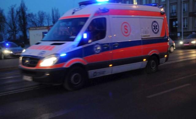 Na ul. Głogowskiej w Poznaniu, przy parku Wilsona, na torowisku doszło do zderzenia dwóch samochodów. Jeden z samochodów potrącił pieszą.
