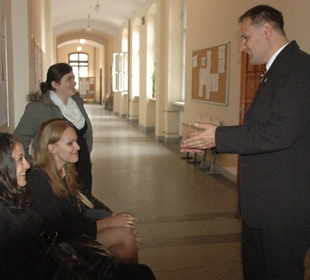 Jarosław Hermaszewski w rozmowie studentkami miał powody do zadowolenia. Udało mu się dla uczelni załatwić duże pieniądze.