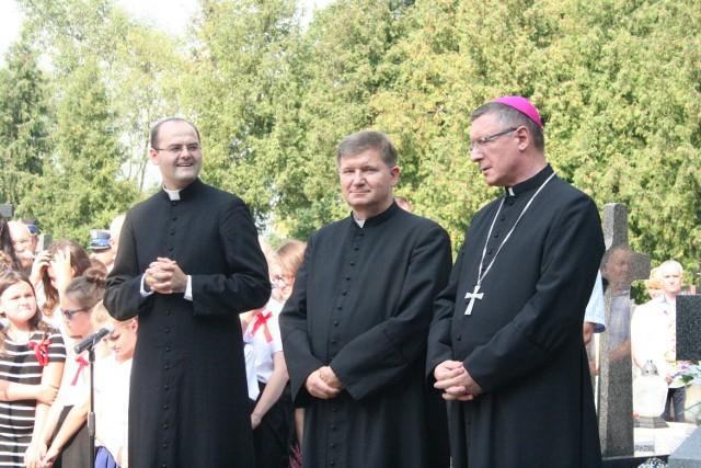 Abp Wojciech Załuski (z prawej) podczas uroczystości patriotycznych w Andrzejewie