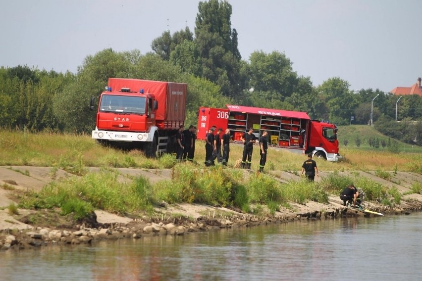 Niezidentyfikowana ciesz na rzece Warta w Poznaniu.
