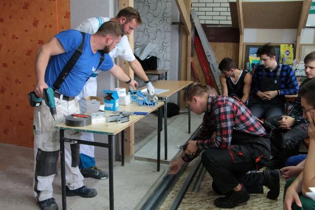 """Zespół Szkół Budowlanych i Plastycznych w Grudziądzu jest jedną z wielu instytucji w Europie, które biorą czynny udział w Europejskim Tygodniu Umiejętności Zawodowych. Dziś odbyły się zajęcia """"Wykonywanie elementów wykończeniowych w systemie suchej zabudowy""""."""