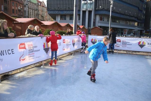 Na Rynku w Katowicach działa sztuczne lodowisko. Jest niewielkie, ale wystarcza na tyle, aby swobodnie pojeździć na łyżwach i przyciąga szczególnie najmłodszych. W drugi dzień świąt Bożego Narodzenia amatorów łyżwiarstwa było naprawdę wielu. W niedzielę lodowisko powinno przeżywać prawdziwe obężenie.ZOBACZ KONIECZNIE, JAK WYGLĄDA LODOWISKO PRZED URZĘDEM W SOSNOWCU