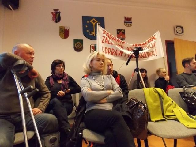 Pracownicy byłego szpitala w Kostrzynie przyjechali we wtorek na sesję rady powiatu.
