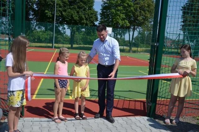 Przy Szkole Podstawowej w Szarowie otwarto nowoczesne boisko. Budowa obiektu pochłonęła prawie 600 tys. zł