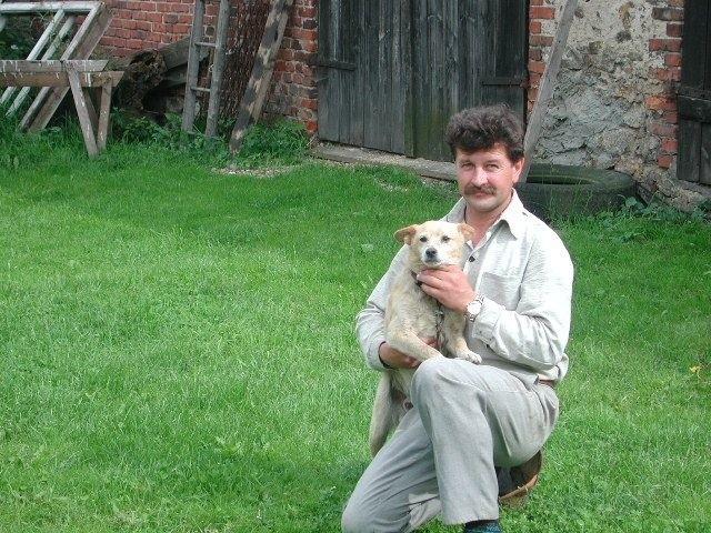 Ten podrzucony pod urząd gminy kundelek został przygarnięty przez Artura Barosa z Żytniowa. Jednak nie każdy bezpański pies znajduje nowego właściciela.