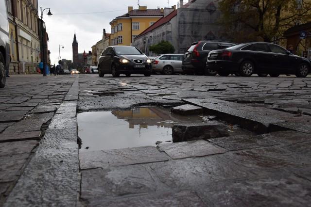 Po poprzednim remoncie, ulica Krakowska totalnie się rozsypała. Dzisiaj straszą po niej dziury i zapadliska w kostce