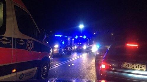 """To informacja, którą na naszym redakcyjnym facebooku przekazali nam Czytelnicy. Do wypadku doszło w sobotę, 8 grudnia, na """"trasie śmierci"""" za Świdnicą. Zderzyły się dwa audi. Jedna osoba została ranna. Z rozbitego samochodu uwalniali ją zielonogórscy strażacy. Do wypadku doszło przed godz. 17.00. Z pierwszych i informacji wynika, że zderzyły się dwa samochody audi. Jeden miał wypaść z drogi. Na miejsce dotarły już służby ratunkowe. Jedną zakleszczoną osobę z wraku auta uwalniali zielonogórscy strażacy. Ranna osoba została oddana ekipie karetki pogotowia ratunkowego. Czytelnicy informowali nas o gigantycznym korku, jaki utworzył się na trasie po wypadku."""