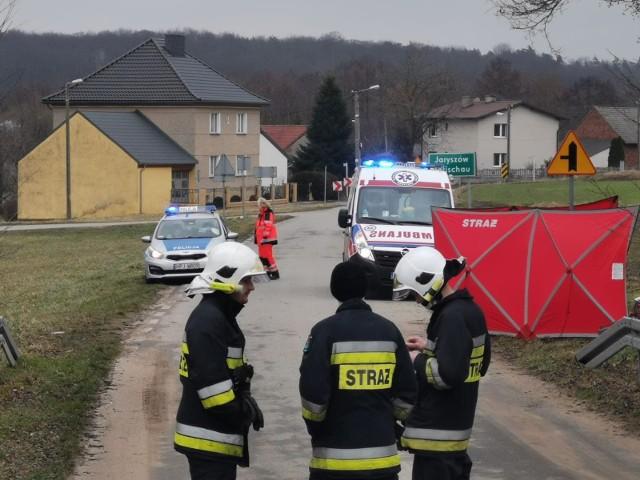 Jaryszów. 75-letni motorowerzysta zginął w wypadku na 1 Maja. Do tragicznego zdarzenia doszło w sobotę przed południem.