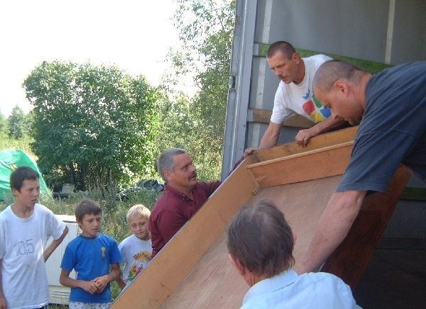 W rozładunku p. Blicharzowi pomagała cała  rodzina razem z dziećmi.