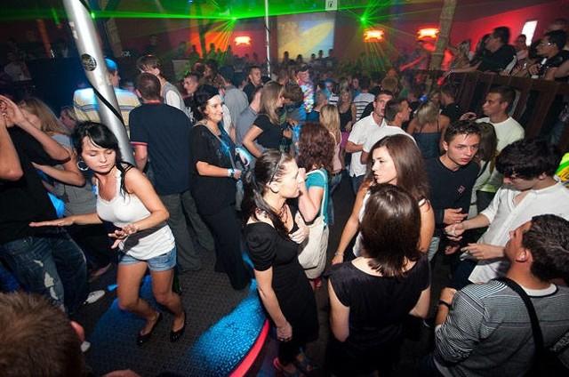 Jak mieszkańcy Koszalina i turyści z całej Polski bawili się w klubie Bajka w Mielnie 10 lat temu? Sprawdź archiwalne zdjęcia z 2010 roku!