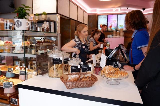 Podczas otwarcia drugiego lokalu  the White Bear Coffee kawiarnię odwiedziły prawdziwe tłumy