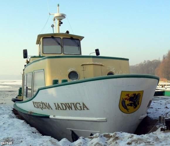Statek na skutym lodem jeziorze Trzesiecko w Szczecinku.