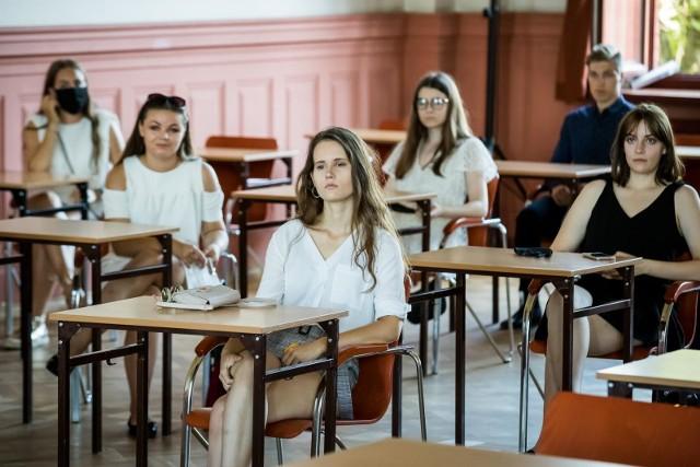 W środę, 3 marca 2021, językiem polskim rozpoczynają się próbne matury, przygotowane dla zdających przez Centralna Komisję Egzaminacyjną. Jutro będzie matematyka, a pojutrze – angielski. Na kolejne dni w przyszłym tygodniu zaplanowano następne przedmioty. Większość łódzkich szkół skorzysta z materiałów, choć w różny sposób. Udział młodzieży jest dobrowolny. Choć licea i technika już organizowały próbne sprawdziany w ciągu całego tego roku szkolnego, uczniowie są zainteresowani arkuszami, dostosowanymi do tegorocznych wymagań, które zostały obniżone w związku z pandemią. Czytaj dalej na następnym slajdzie.
