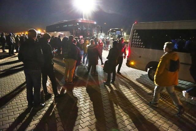 W środę wieczorem pracownicy LG Chem tłoczyli się przed wejściem do autobusów