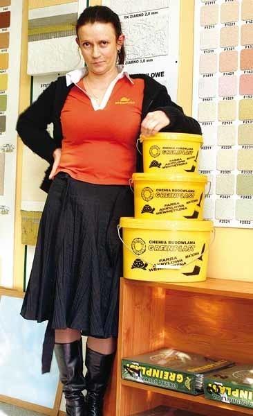 - Przy jednokrotnym malowaniu jeden litr naszej farby akrylowej FW wystarczy do pomalowania dwunastu metrów kwadratowych ściany lub sufitu - zapewnia Alicja Kluz, kierownik punktu sprzedaży firmy Greinplast w Rzeszowie.