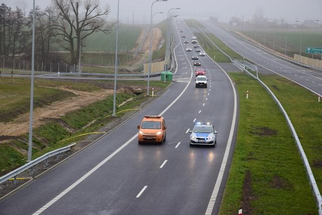Pierwsze auta na odcinku siódmym S5 jadące od Poznania. Kolejne zdjęcia: relacja z otwarcia trasy