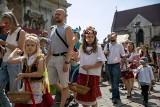 Boże Ciało w Krakowie. Na kolorowej procesji dzieci sypały kwiaty [ZDJĘCIA]