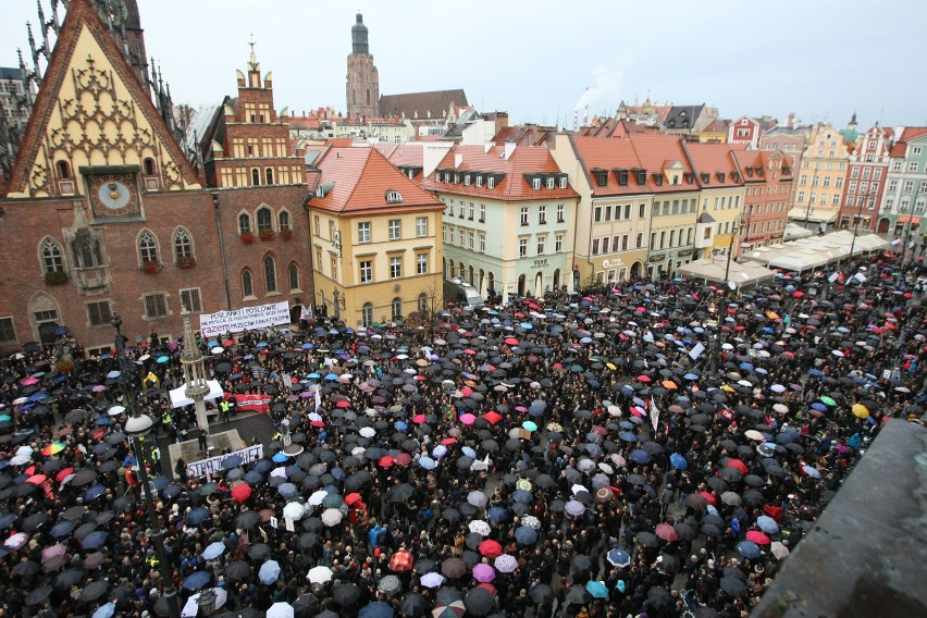 Czarny protest we Wrocławiu. Nawet 20 tysięcy kobiet manifestowało na Rynku