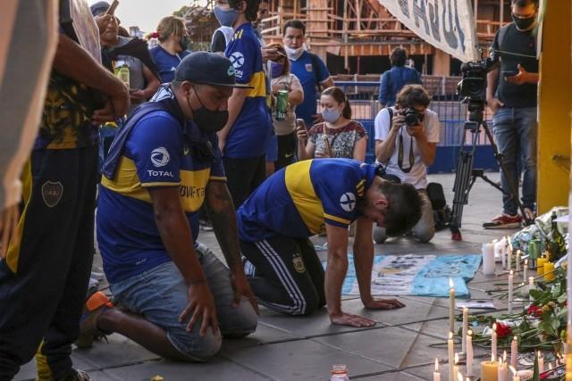 Tysiące osób wyszły na ulice Buenos Aires, aby oddać hołd Diego MaradonieBuenos Aires, Argentyna. W czwartek (25 listopada) w wieku 60 lat zmarł Diego Maradona, jeden z najlepszych piłkarzy w historii. Na ulice Buenos Aires wyszły tysiące osób, aby oddać hołd swojemu idolowi. W związku ze śmiercią Maradony prezydent Argentyny ogłosił trzydniową żałobę narodową.WAŻNE! Do kolejnych zdjęć można przejść za pomocą gestów na telefonie lub strzałek.