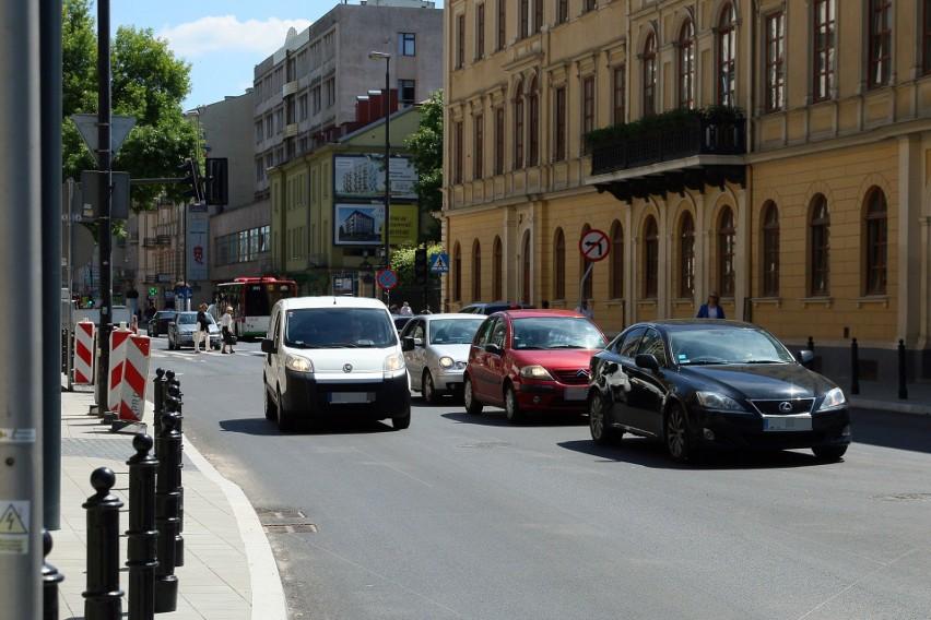 Krakowskie Przedmieście zaczyna remont. Na razie rozbierają chodniki, a później przyjdzie czas na jezdnię. I … utrudnienia w ruchu