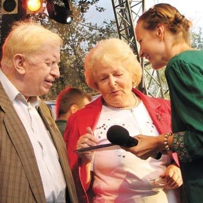 Widzowie XVIII Dialogów, m.in. z Arizony, Ontario i Florydy, odebrali z rąk prowadzącej koncert, aktorki Marty Gryko (z prawej) upominki dla gości z najdalszych zakątków świata