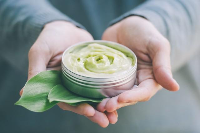 Podrażniona i zaczerwieniona skóra to częsty skutek działania niekorzystnych czynników atmosferycznych, mechanicznych i chemicznych w postaci związków obecnych w zanieczyszczeniach powietrza, kosmetykach, a nawet diecie.Objawy stanu zapalnego skóry warto łagodzić za pomocą naturalnych składników, które oprócz działania kojącego mają też właściwości regenerujące i chroniące skórę.Sprawdź w naszej galerii 10 najlepszych składników roślinnych łagodzących stan zapalny skóry!