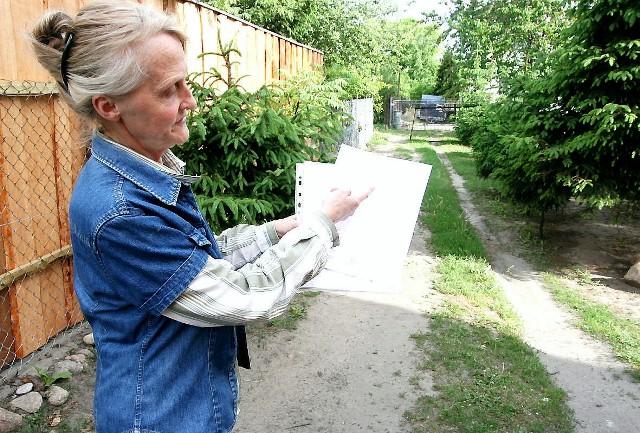 Pani Danuta Kamieniak na swojej posesji- Nie dyskutuję z wyrokiem sądu - twierdzi pani Danuta. - Może jednak władze miasta powinny zorganizować inną drogę, tak jak to wcześniej obiecywano?