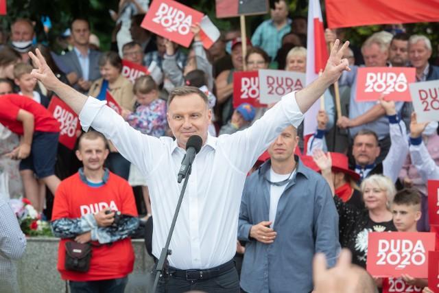 Andrzej Duda odwiedził Czarnków w środę, 1 lipca. Na spotkaniu z obecny prezydentem pojawili się nie tylko zwolennicy, ale także przeciwnicy kandydata PiS.Przejdź do następnego zdjęcia ------->