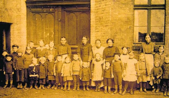 To nie przedszkole na wycieczce, ale grupka dzieci z jednego tylko chorzowskiego familoka, rok 1910