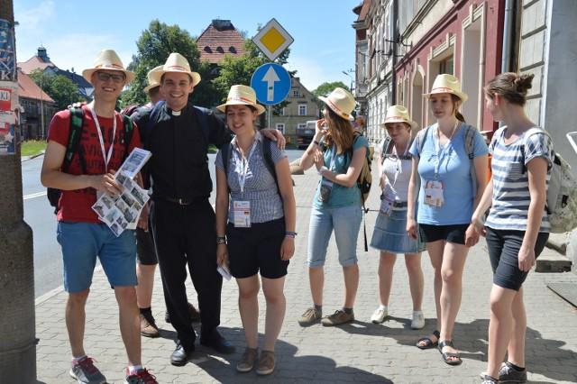 """Jedną z atrakcji dla pielgrzymów z Niemiec jest gra miejska """"Świebodzin dawniej i dziś"""". Zadaniem drużyn było odnalezienie zaznaczonych na mapie miejsc i wykonywanie określonych zadań."""