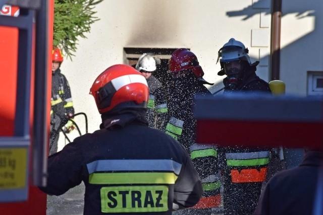 Na ulicy Małopolskiej w Miastku trwa akcja gaszenia pożaru budynku wielorodzinnego.