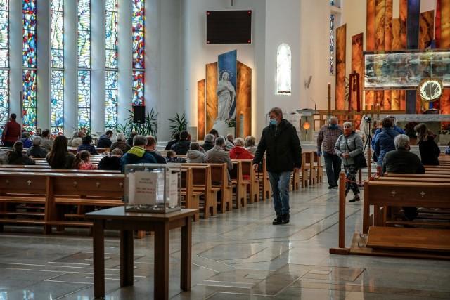 Coraz mniej osób deklaruje życie zgodne z moralnym nauczaniem Kościoła, zwłaszcza w sferze etyki seksualnej. Jedynie ok. 20 proc. wiernych uznaje za niedopuszczalne współżycie seksualne przed ślubem.Przejdź do galerii ---->