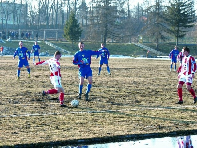 (niebieskie stroje) musiał uznać wyższość zawodników z Resovii Rzeszów.