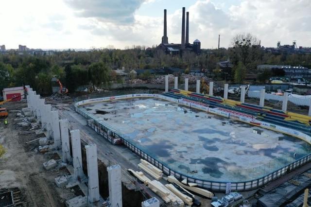 Prace budowlane postępują w bardzo szybkim tempie. Jak widać na załączonych zdjęciach: filary pod główną konstrukcję dachu już stoją!