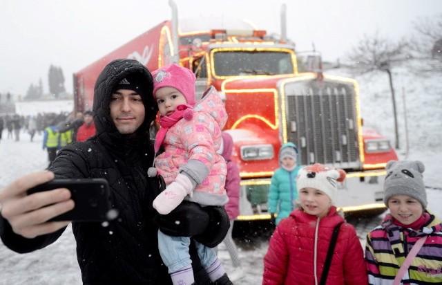 2 grudnia ciężarówka świąteczna Coca-Coli wyruszyła w trasę po Polsce. Prawie 14,5 m długości, ponad 4 m wysokości, 450-konny silnik i 13-biegowa skrzynia. Oświetlona 160 metrami światełek ledowych i ponad 6 tysiącami punktów świetlnych ciężarówka zaparkowała na parkingu przy Zielonogórskiej Palmiarni. W sobotę, 9 grudnia już od godziny 15.00 zaczęły gromadzić się tłumy. Na mieszkańców czekała moc atrakcji. Każdy mógł zrobić sobie zdjęcie ze Świętym Mikołajem, wykonać własnoręczne ozdoby w fabryce upominków, czy przejechać się saniami. Jednak największym hitem okazały się personalizowane puszki Coca-Cola, które czekały na zielonogórzan. Co działo się w sobotę w Zielonej Górze? Zobaczcie zdjęcia!