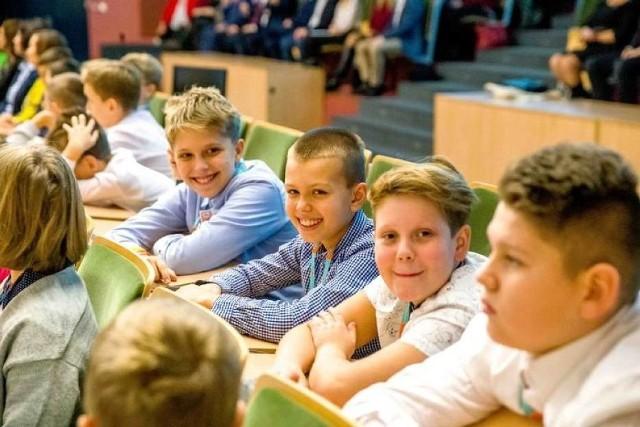 Ekonomiczny Uniwersytet Dziecięcy działa w Białymstoku od kilku lat i cieszy się dużą popularnością. Zapisz swoje dziecko już dziś i pozwól mu zdobywać podstawy przedsiębiorczości.