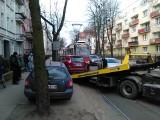 Tramwaje unieruchomione na ulicy Chodkiewicza. Bo kierowca zaparkował z fantazją