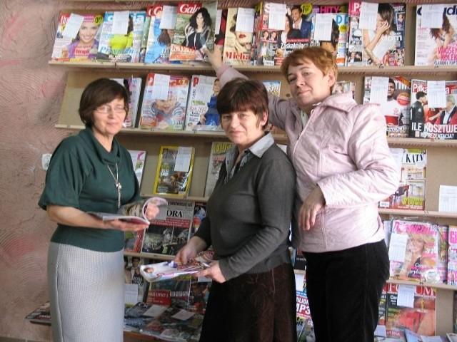 Z Unisławskiej Czytelni Czasopism korzysta prawie stu mieszkańców. Grażyna Bartkowska, autorka pomysłu - w środku.