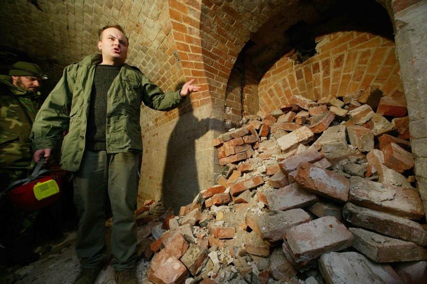 Za przysypaną cegłówkami ścianą jest jakieś pomieszczenie. Piotr Piwowarczyk (na zdjęciu) sprawdził to specjalnym urządzeniem do wykrywania pustych pomieszczeń pod ziemią.