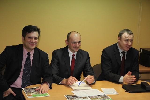 Europosłowie Solidarnej Polski: Jacek Kurski (pierwszy z prawej) oraz Jacek Włosowicz (z lewej) promowali Sylwestra Kasprzyka – kandydata na wójta gminy Piekoszów.