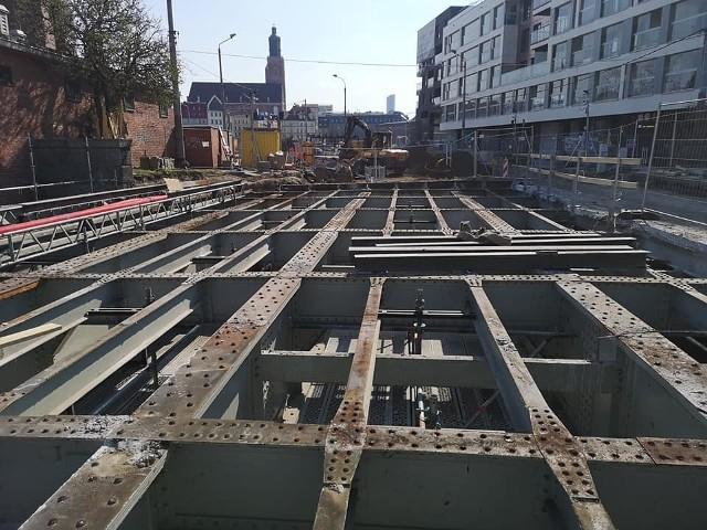 Na jednym z mostów Pomorskich trwa walka ze zbrojonym betonem z lat 30. XX wieku jest zacięta, ale zwyciężamy – informują przedstawiciele Wrocławskich Inwestycji. Trochę mostu Pomorskiego Północnego nam zniknęło. Trwają prace przy demontażu płyty nośnej. Powstają także kolejne wykopy pod sieci – czytamy na profilu fb spółki. Na mostach Pomorskich trwają też kolejne prace przy budowie kanalizacji. Niebawem konstrukcji przeprawy, po raz kolejny przyjrzy się projektant i przyjdzie kolej na piaskowanie stalowej konstrukcji. Przypomnijmy, że remontowane mosty Pomorskie będą zamknięte dla ruchu samochodowego przez blisko trzy lata. Możliwy jest ruch pieszych w tym miejscu. Podczas przebudowy najbardziej zmieni się najstarszy z mostów-Południowy, z którego znikną rury ciepłownicze. Wykonawca ma przywrócić mu blask z początków XX wieku. Zabytkowa przeprawa odzyska też stylowe latarnie na wieżyczkach. Koszt przebudowy mostów to blisko 70 milionów złotych.