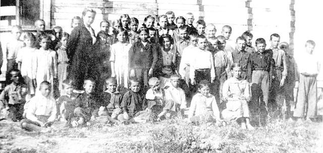 Uczniowie i nauczycielki szkoły powszechnej we wsi Górne - zdjęcie zostało zrobione w 1943 roku
