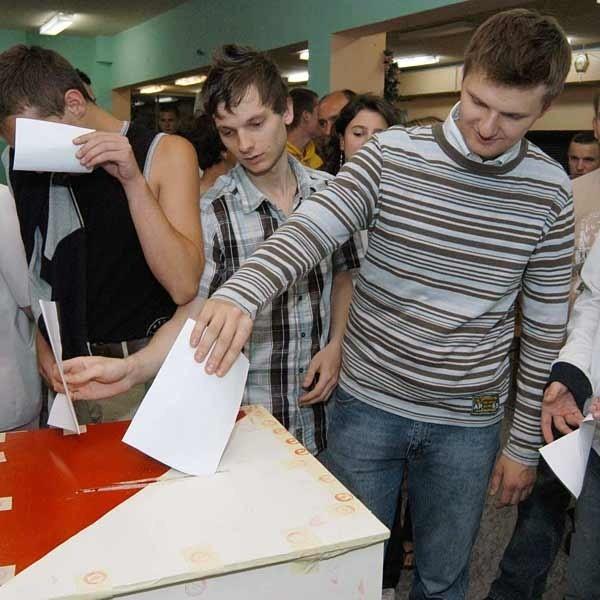 W wyborach rady osiedla wzięło udział ponad 100 mieszkańców osiedla, w tym wielu młodych ludzi.