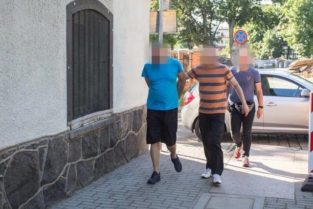 Posiedzenie aresztowe odbyło się w Sądzie Rejonowym w Słupsku 18 lipca. Wówczas sąd zastosował wobec 50-letniego Tomasza Sz. tymczasowe aresztowanie na dwa miesiące, które po zażaleniu zostało skrócone. Teraz oskarżony jest na wolności.