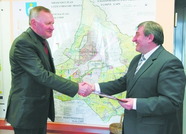 Mipa uzbroi tereny inwestycyjne w ŁapachUmowę na uzbrojenie terenów inwestycyjnych podpisał burmistrz Wiktor Brzosko (z prawej) i Leon Stankiewicz, właściciel firmy Mipa