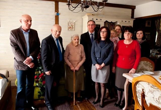 Wyjątkowy jubileusz Aniela Wieczorek świętowała w gronie rodziny, a życzenia składali jej między innymi wójt Marian Buras i przewodniczący Rady Gminy Janusz Wojtyś.