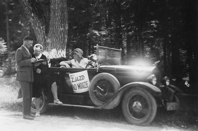 """Postój na szosie kieleckiej podczas """"Zjazdu nad morze"""" w 1930 roku. Za kierownicą Klementyna Śliwińska, obok jej siostra Ojcumiła Falkowska i towarzyszący im dziennikarz. Zdjęcie zrobił prawdopodobnie czwarty członek załogi, mechanik Stanisław Nogajczak"""