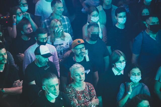 AlterFest powrócił do Mysłowic po roku przerwy. Tak bawiliśmy się podczas pierwszego dnia festiwalu muzyki alternatywnej. Impreza odbywa się na terenie kościoła ewangelickiego, co zapewnia jej niesamowity klimat. Zobacz kolejne zdjęcia. Przesuń w prawo - wciśnij strzałkę lub przycisk NASTĘPNE