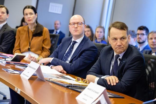 Debatę poświęconą zagadnieniom bezpieczeństwa i prywatności w internecie zorganizował Radosław Sikorski. Wzięli w niej udział, m.in. specjaliści z FBI, Facebooka i Yahoo