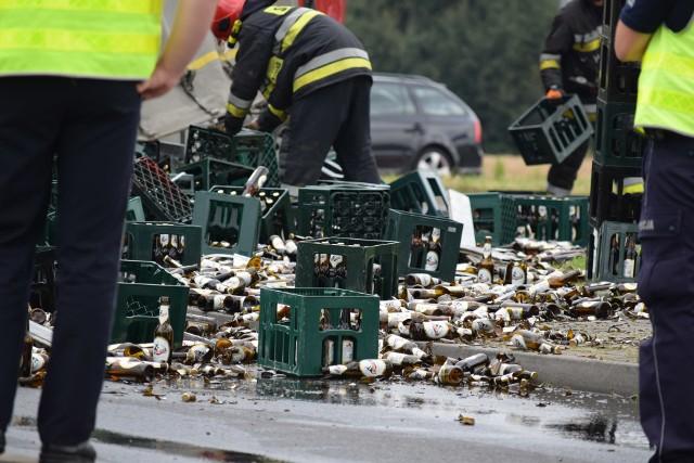Na rondzie Kradziejówka w Żorach doszło do nietypowego zdarzenia z udziałem ciężarówki wypełnionej skrzynkami piwa.Zobacz kolejne zdjęcia. Przesuwaj zdjęcia w prawo - naciśnij strzałkę lub przycisk NASTĘPNE